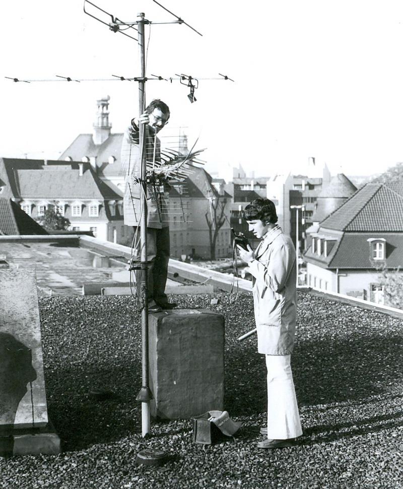 Techniker beim aufstellen einer Antennenanlage ca. 1972